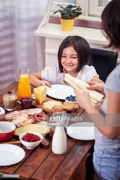 Junge glückliche Familie mit Frühstück