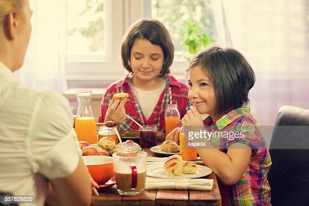 Jeune famille heureuse d'avoir le petit déjeuner