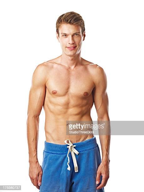若い幸せな筋肉男白で分離