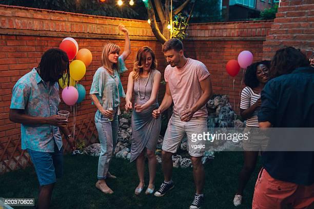 Young Happy People dans'au Backyard fête.
