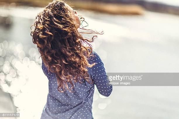 Junge glückliche Frau, die in den Tag