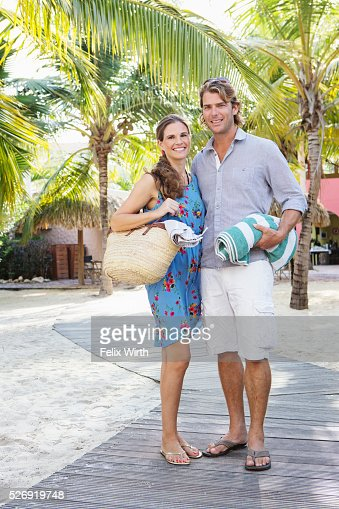 Young heterosexual couple standing on beach : Stock-Foto