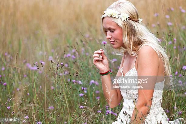 Junge hippie-Mädchen riechen Natur Feld Blumen