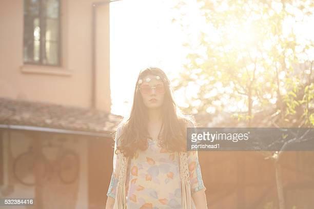 Junge hippie Frau stehend im Hinterhof