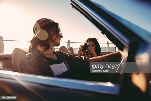 Junge hipster-paar Fotografieren in einem Cabrio