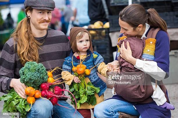 Junge hipster Familie einkaufen für Lebensmittel im Freien, farmer's market