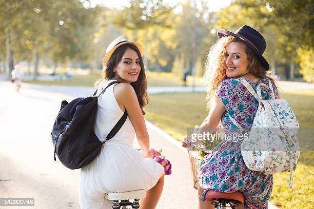 Junge hipster Mädchen, stehend mit dem Fahrrad in einem Park