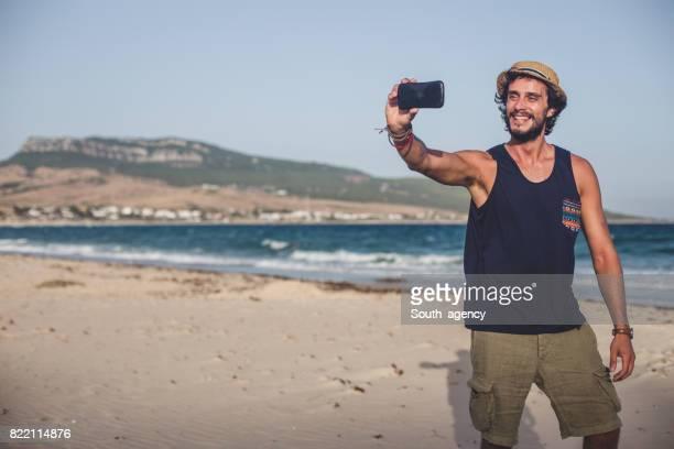 Homme à la plage faire selfie Young Hipster