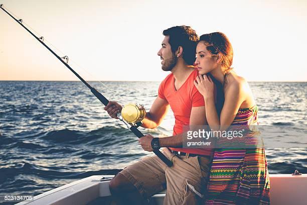 Junge hispanische Paar beim Angeln
