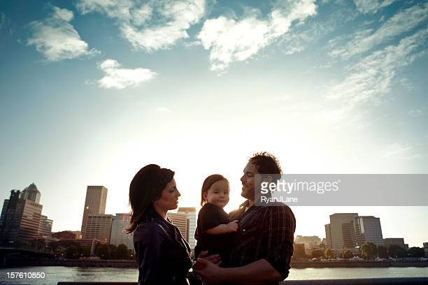 若いヒスパニック系家族とお子様のシルエット