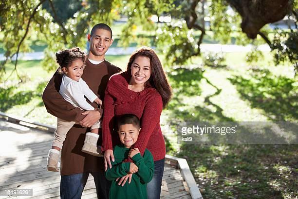 Junge hispanische Familie im park