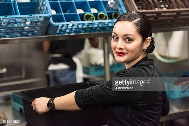 Joven mujer hispana trabajador de cocina