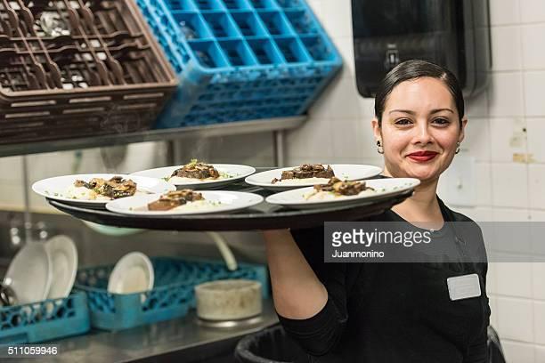 Jeune serveuse hispanique