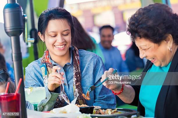 Jeune femme hispanique avec grand-mère au restaurant Tex-Mex