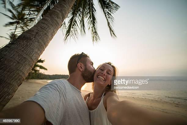 Junges Paar in Liebe zu küssen selfie während