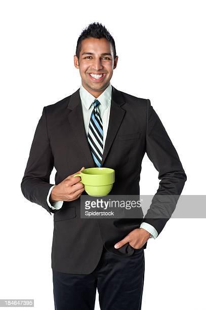 若いインドのビジネスマンとコーヒーマグ