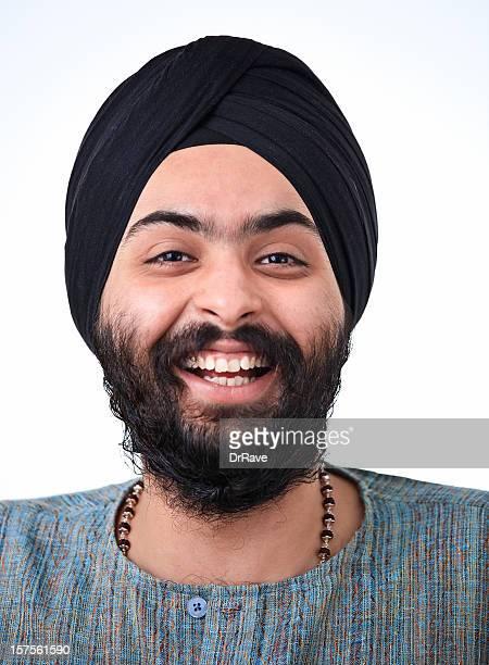 Jeune homme souriant dans la religion Sikh indien