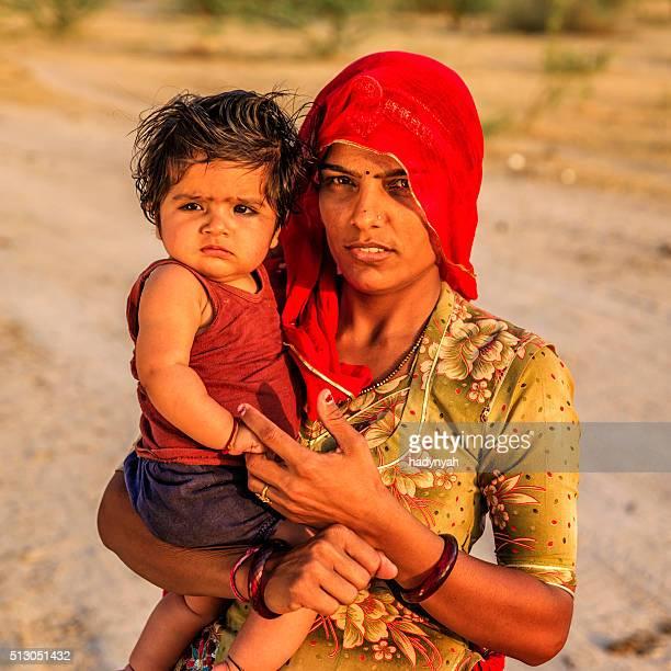 Junge indische Frau hält ihr kleines Baby, Indien