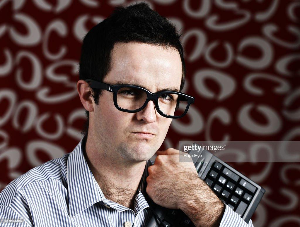 Junge geek-clutches es seine Tastatur und scowls : Stock-Foto