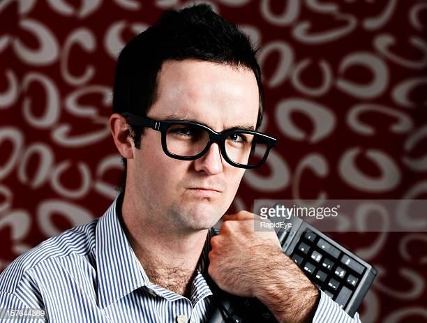 Junge geek-clutches es seine Tastatur und scowls