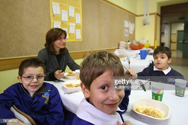 MICHEL Young Italian kids take their lunch break at an Elementary School in Rome 04 December 2007 Rome's school cafeterias are enjoying a nutrition...