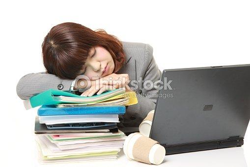 Japonais jeune femme daffaires dormir sur le bureau photo thinkstock