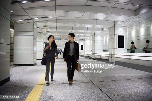Young Japanese couple at the airport : ストックフォト