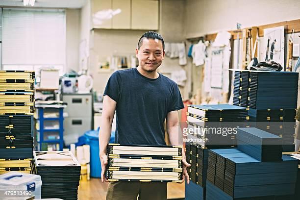 若い日本人男性ので、職人技のスタジオ
