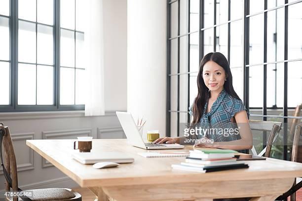 日本で働く若い女性
