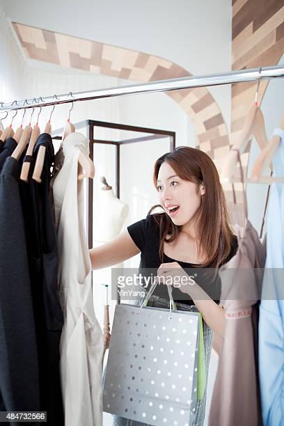 若い女性服のショッピング街でショッピングにファッションブティックストア