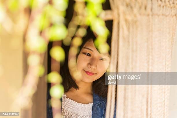 若い日本人女性から覗く伝統的な家ノレン