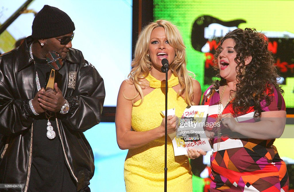 Young Jeezy Pamela Anderson and Marissa Jaret Winokur present Modern Rock Artist of the Year
