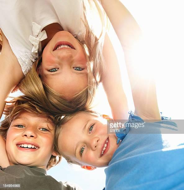 Junge Kinder huddling