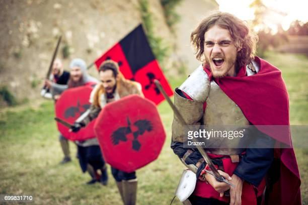 Junge Ritter führt die Gruppe von Kriegern in die Schlacht