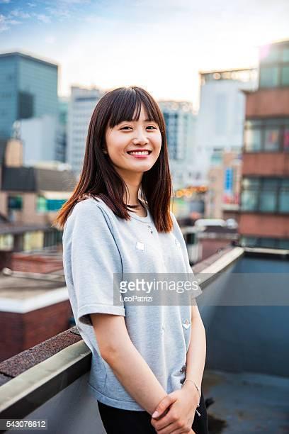 Giovane donna coreana appoggiata dipinto a Seul, Corea del Sud