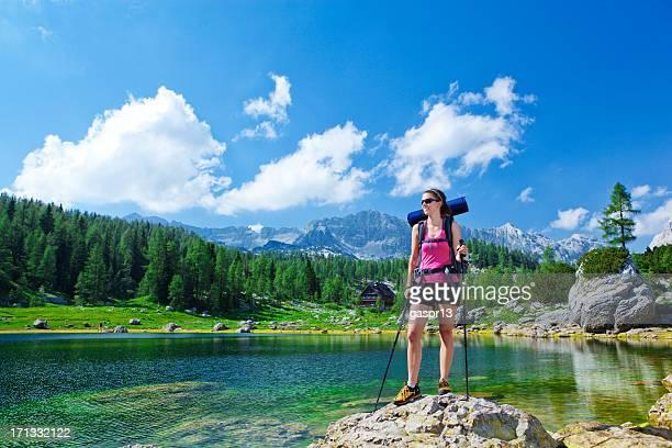 Junge Frau Wanderer stehend von der mountain lake