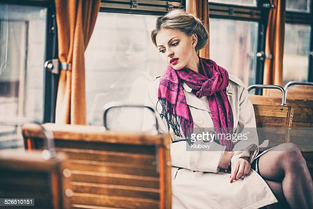 Jeune femme dans un train ancien break