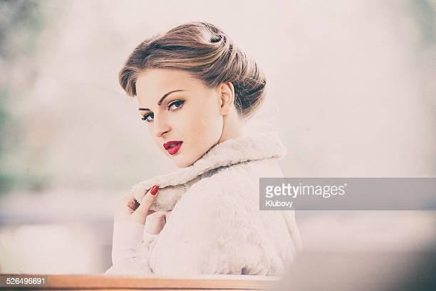 Junge Frau in weißes Fell