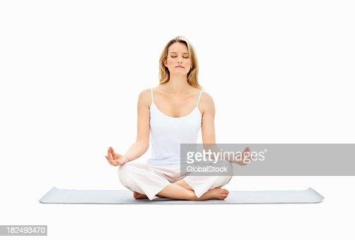 Junge Frau, Meditieren im Lotussitz auf Weiß