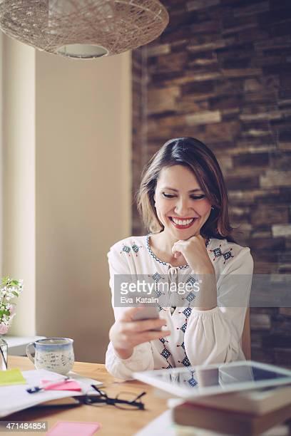 Junge lateinamerikanische Frau SMS