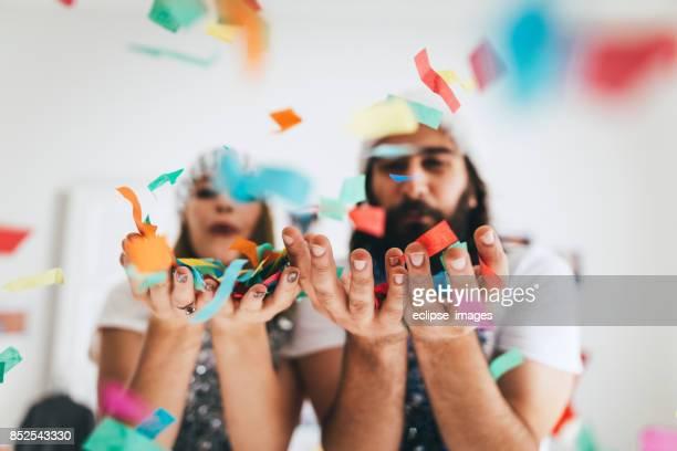 Jeune couple d'amoureux soufflant cofette
