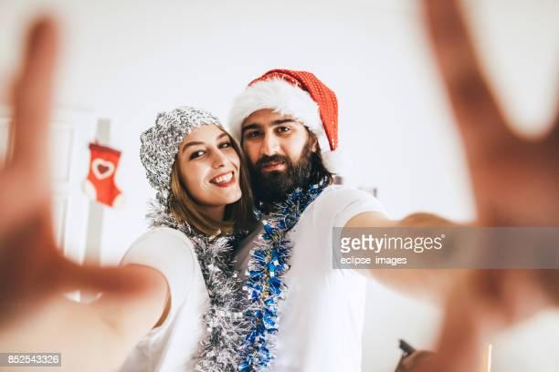 Jeune couple aimant faire selfie