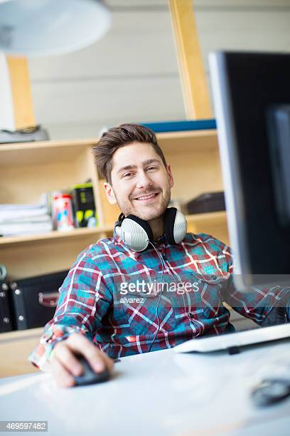 Junge männliche designer arbeiten an seinem computer