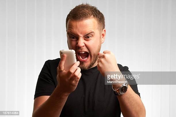 Junge Männer schreit in Handy