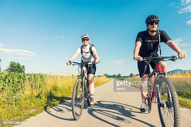 Junger Mann und Frau Fahrradfahren in der Natur