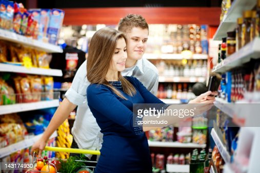 Young couple shopping at supermarket : Foto stock
