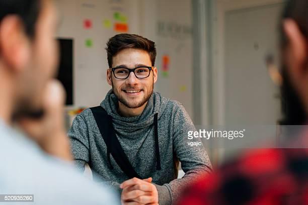 Junger Mann in einem Bewerbungsgespräch.