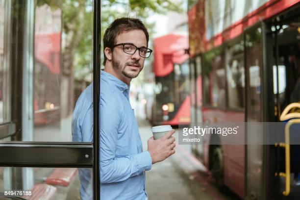 Jeune homme à la gare routière