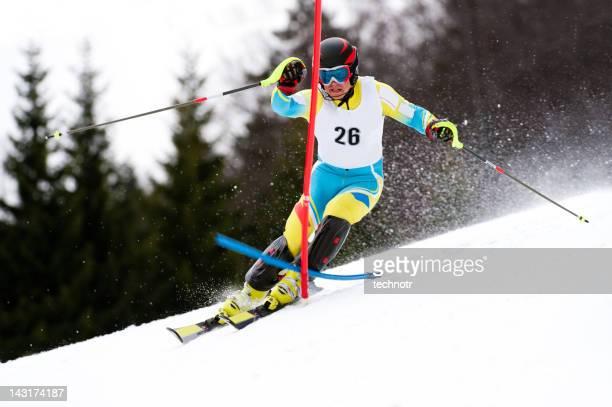 Jeune homme en course de slalom de ski