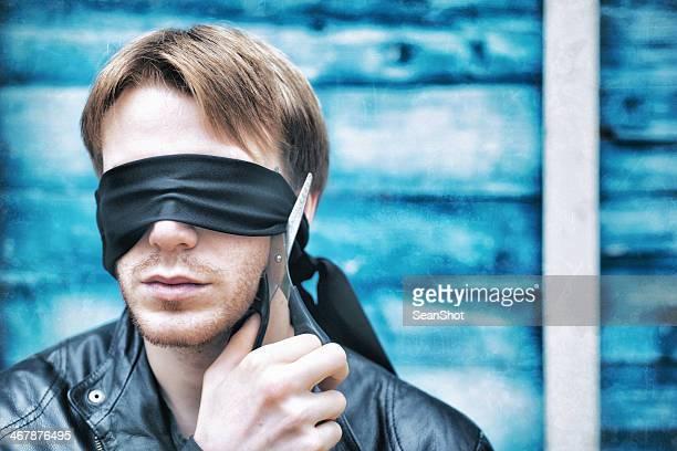 Junger Mann mit Augenbinde Augenbinde Schneiden seine